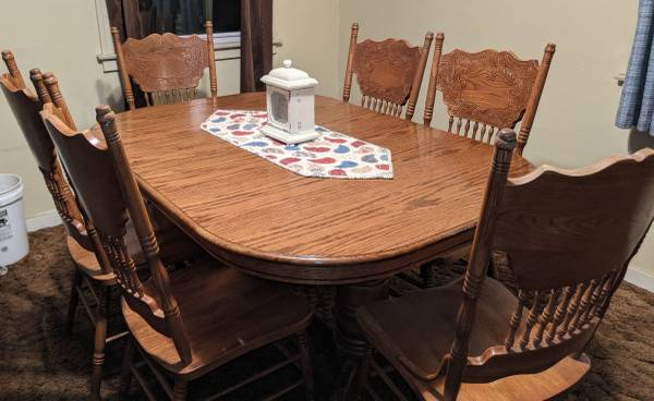 Photo Large oak dining table with 6 chairs - $250 (Dunsmuir)