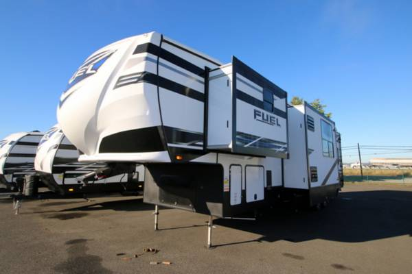 Photo 2021 HEARTLAND FUEL 362 Fifth-Wheel Toy Hauler 5th Wheel - $63,995 (Cing World of Burlington)