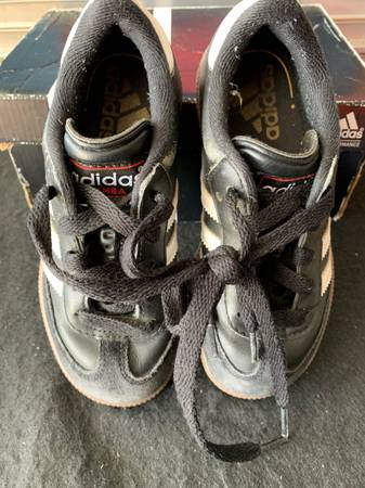 Photo Adidas Samba Indoor Soccer Cleats - $15 (Arlington)
