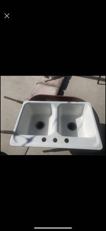Photo 32 x 21 cast iron American standard sink - $25 (San Luis Obispo)