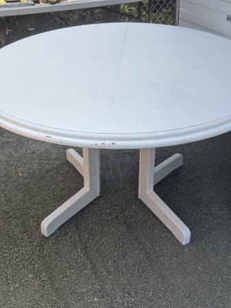 Photo Round white table (Cayucos)