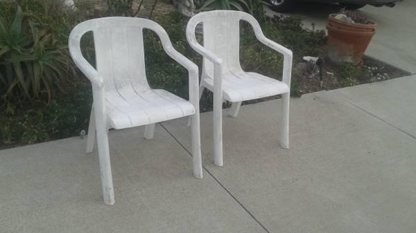 Photo plastic patio chairs, 2 white, 3 green, 1 big red, 4 white $ 12 each - $12 (grover beach)