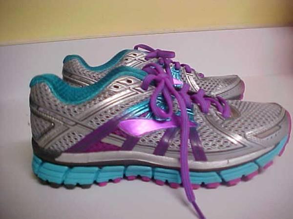 Photo Asics women39s size 7.5 running shoes - $15 (California)