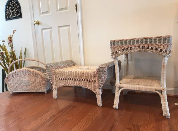 Photo White wicker ottoman$$35 small table $35, Magazine holder $24 - $80 (Chesapeake Beach)
