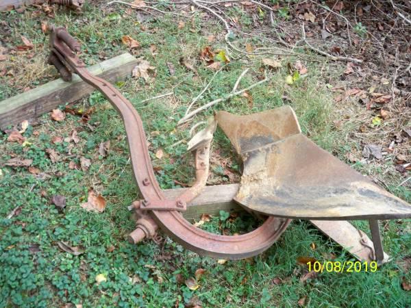Photo farmall cub plow - $250 (owings)