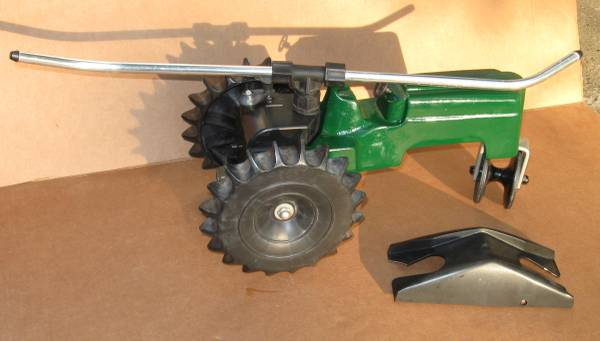 Photo Lawn Sprinkler Orbits Tractor Lawn Cast Iron Iron - $30 (South Bend)