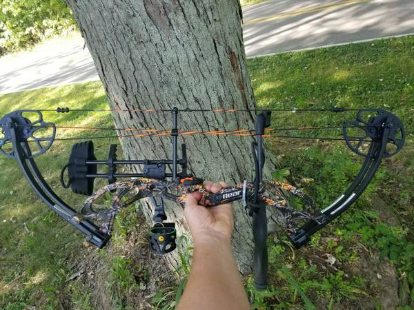Photo NEW LEFT-HANDED Bear Cruzer G2 Wildfire Camo COMPOUND BOW Package - $400 (Edwardsburg)