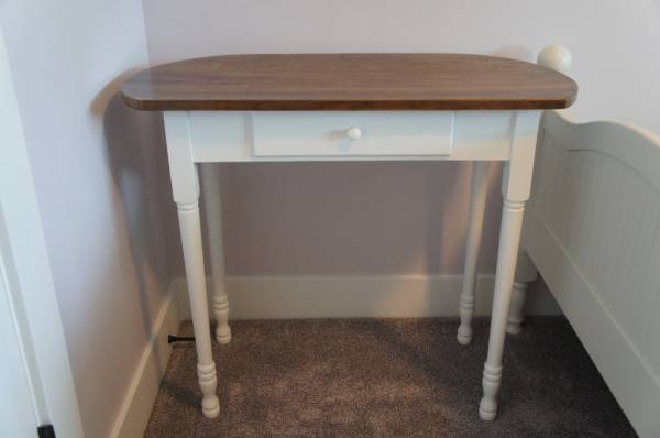 Photo Refurbished White Desk with Stained Wood Top - $60 (Bremen)