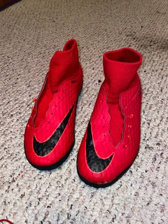 Photo red nike indoor soccer shoes - $30 (Walkerton)