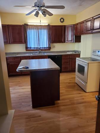 Photo HUGE 3 BEDS FIRST FL HEAT INCLUDED NO PETS NO SMOKERS 1750 HOT WATER (FALL RIVER)