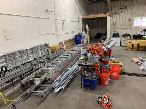 Photo HUGE  OPEN WAREHOUSE GOING OUT OF BUSINESS SALE (North Attleboro MA)