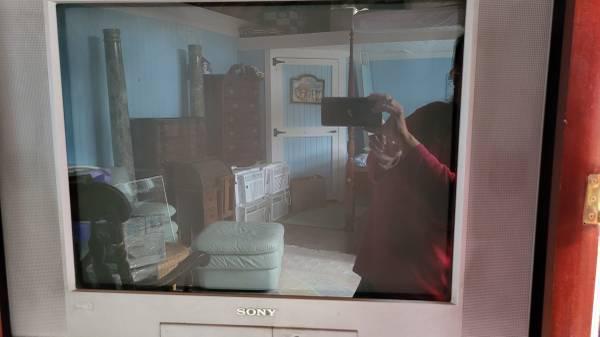 Photo Sony WEGA Trinitron 27quot Flat Screen Color TV with Stand - $100 (Mattapoisett)