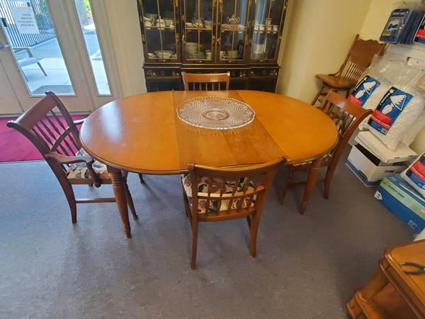 Photo Vintage Kitchen Table with 4 chairs - $300 (Sewell)