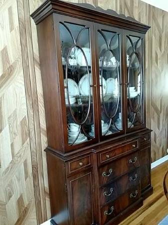 Photo free curved glass front hutch (Williamstown)
