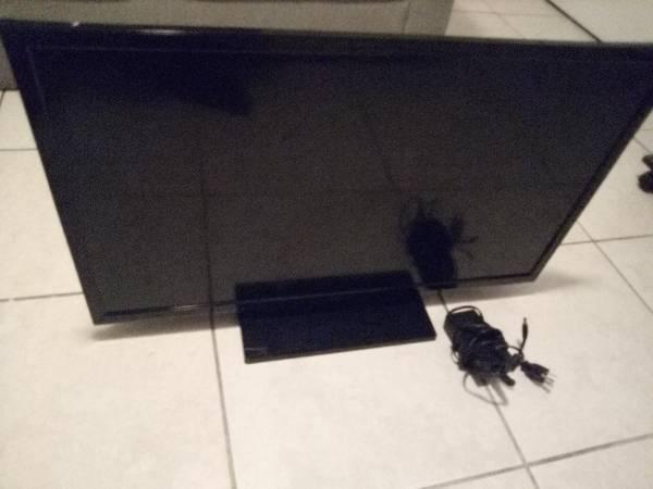 Photo Insignia 32 inch Tv - $45