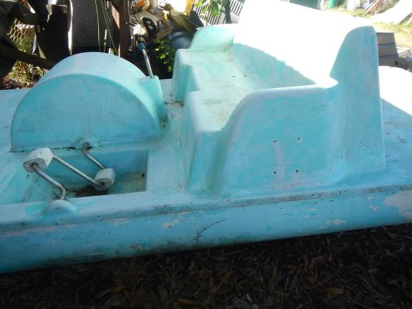 Photo PADDLE BOAT ,, fiberglass ,, needs work ,, FROM SILVER SPRINGS - $299 (Malabar road)
