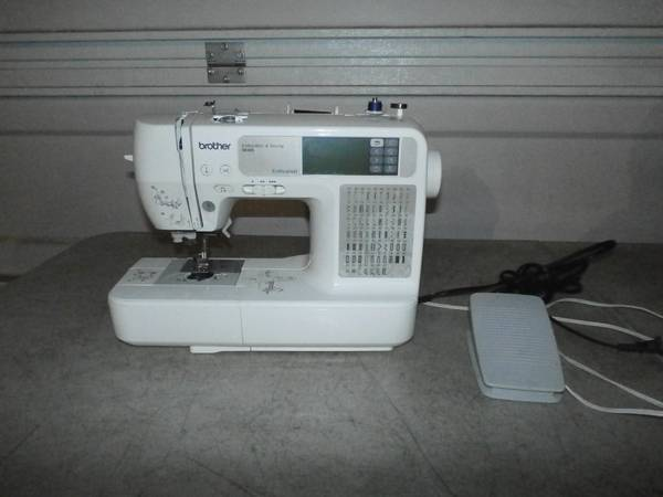 Photo Brother SE425 Sewing Machine  Lots of Sewing  Knitting Supplies - $100 (Cda)