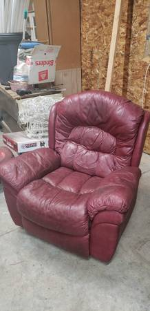 Photo Red leather recliner - $50 (Post falls)