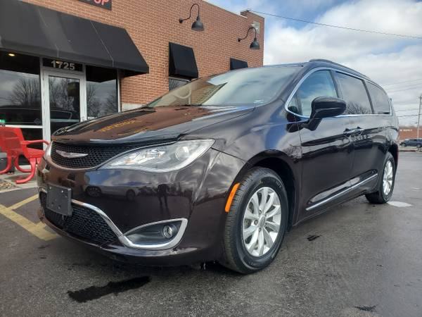 Photo 2017 Chrysler Pacifica Touring-L LOADED GUARANTEED AUTO FINANCING (Springfield, MO)