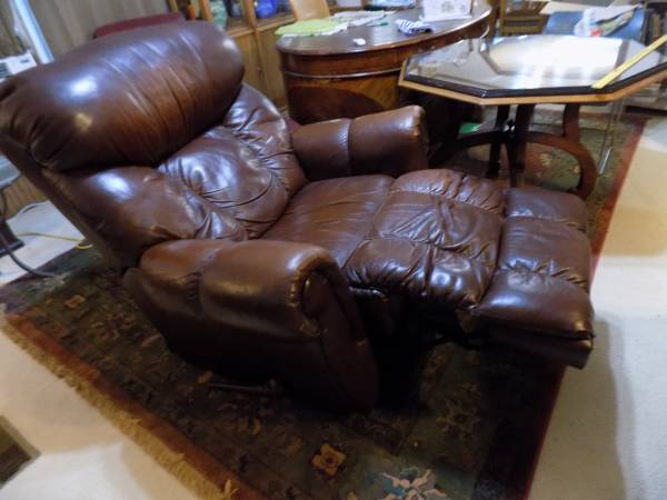 Photo La-Z-Boy LEATHER RECLINER Large - $95 (sQUIRES (S of AVA))