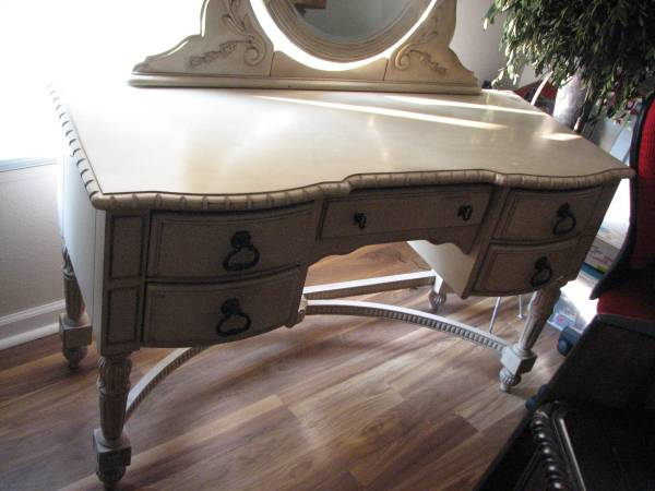Photo Victorian Style dressing table wjewelry drawer - $225 (brookline)