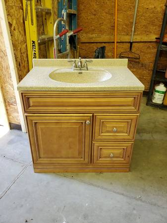 Photo 36quot bath vanity, solid surface top and moen faucet - $100 (Springfield)