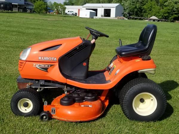 Photo Kubota T2380 riding lawn mower (Gillespie)