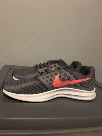 Photo Womens Nike Grey Tennis Shoe Size 6.5 Wide - $25 (Florissant)