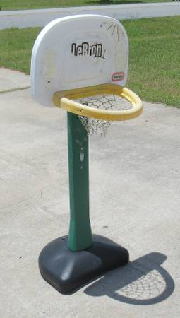 Photo basketball  basket ball b ball goal little tikes - $5 (WARNER ROBINS)