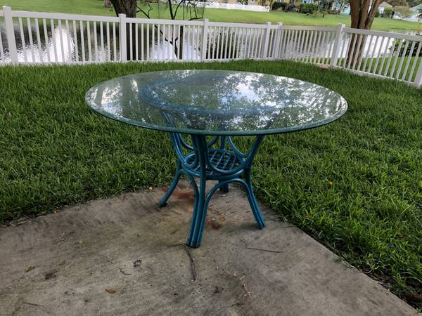 Photo Glass top Patio Table - $50 (St Augustine)