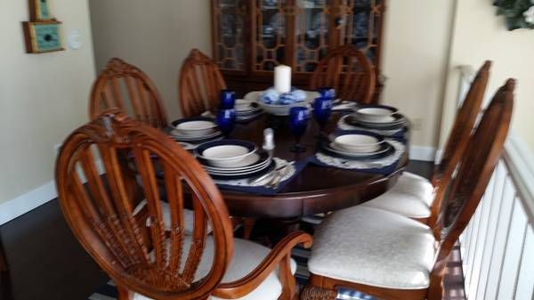 Photo Table 6 chairs pier 1 round expandable pedistal - $600 (St. Augustine)