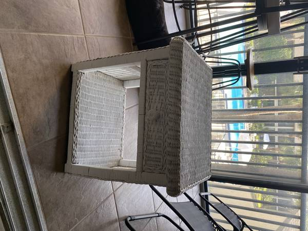 Photo White wicker end table - $25 (St. Augustine)