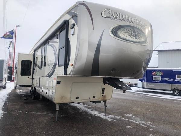 Photo 2017 Palomino Compass 377MBC - $36,995 (Clearwater)
