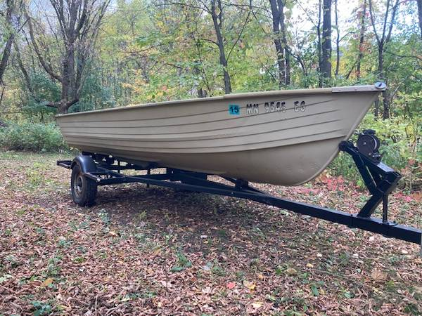Photo Crestliner 1639 boat and trailer Duck Boat - $500 (Avon)