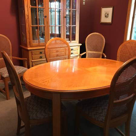 Photo Thomasville Oak Dining Set - Cabinet, Table, Chairs - $1,900 (SAINT CLOUD)