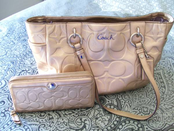 Photo COACH Metallic GOLD Leather Tote Bag wMatching Wallet - $70 (Mesquite, NV (Sun City))