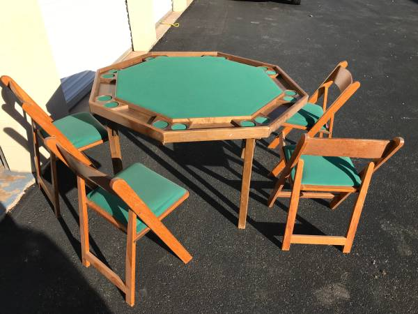 Photo Felt poker table and chairs - $150 (St George)