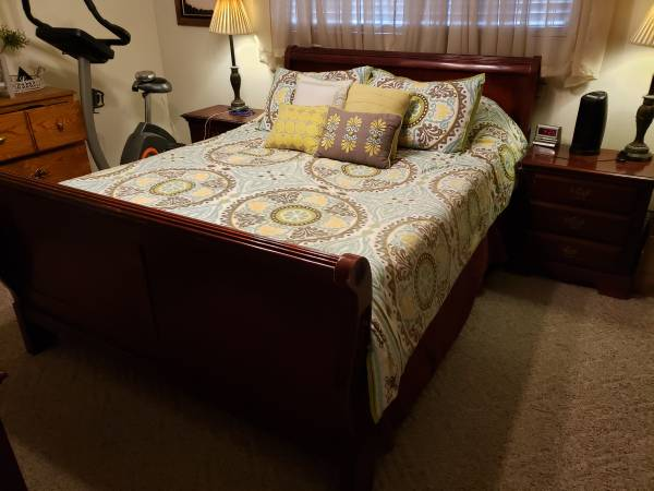 Photo Queen Cherry Sleigh Bed, Night Stands, Armoire - $300 (Santa Clara)