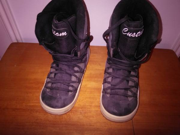 Photo Snowboard boots - $100 (Diamond Valley)