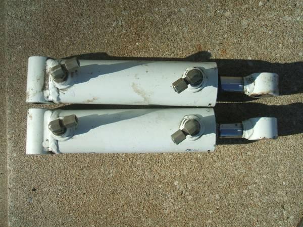 Photo Matching hydraulic cyls. - $100 (St.Joseph,Mo.)