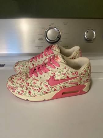 Photo Size Womens Nikes - $20 (St.Joseph)