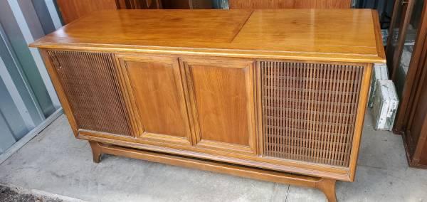 Photo Sylvania Stereo Console - $125 (FLORISSANT)