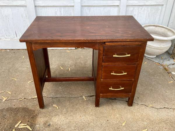 Photo Adorable Small Desk with Drawers - $55 (HarryYale)