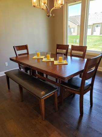 Photo BRAND NEW WINNERS ONLY DINING ROOM TABLE WITH 4 CHAIRS, BENCH,  LEAF - $975 (WICHITA NW)