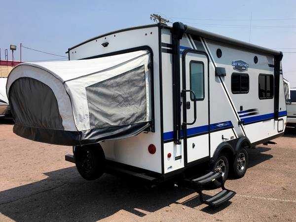 Photo LITE Easy Towing 20ft Jay Feather Hybrid Trailer, Barely Used, 2 Axles - $26,494 (Colo Springs Off I-25)