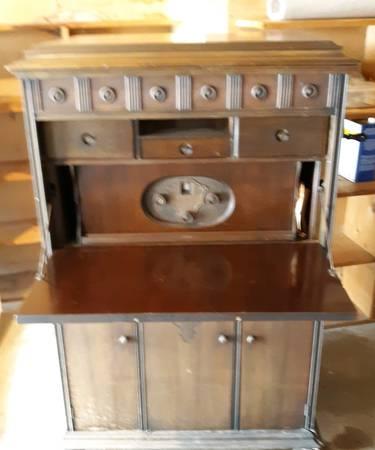 Photo FREE Vintage Silvertone Phonograph (Mattawan, MI)