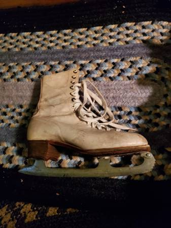 Photo Ladies ice skates, white leather size 7-ish - $9 (CASSOPOLIS)