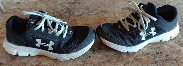 Photo UNDER ARMOUR BOYS SHOES SIZE 4.5Y - $20
