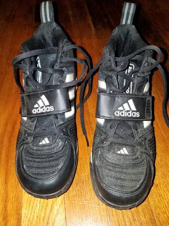 Photo Adidas corner blitz low football cleats size 5 very little use - $39 (Bluefield)