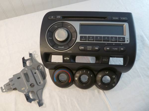 Photo Honda FIT original car stereo wCD (from 2007) - $35 (Candler)
